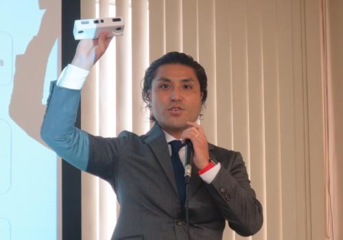 データセクションの林健人社長兼CEO。手に持つのがサービスで使用するカメラ