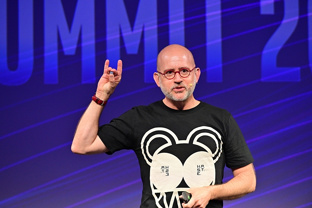 第3世代Movidius VPUを掲げるIntelのJonathan Ballon氏(vice president in the Internet of Things Group) Walden Kirsch/同社の写真