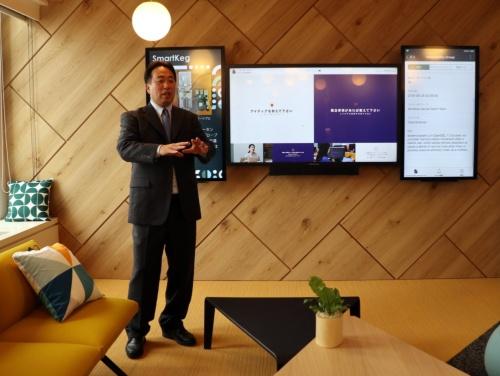 新設した「カスタマーブリーフィングセンター」について説明するServiceNow Japanの村瀬将思社長