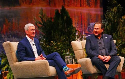 米アップルのティム・クックCEOと米セールスフォース・ドットコムのマーク・ベニオフ会長兼CEO(米サンフランシスコで開催中の「Dreamforce 2019」)