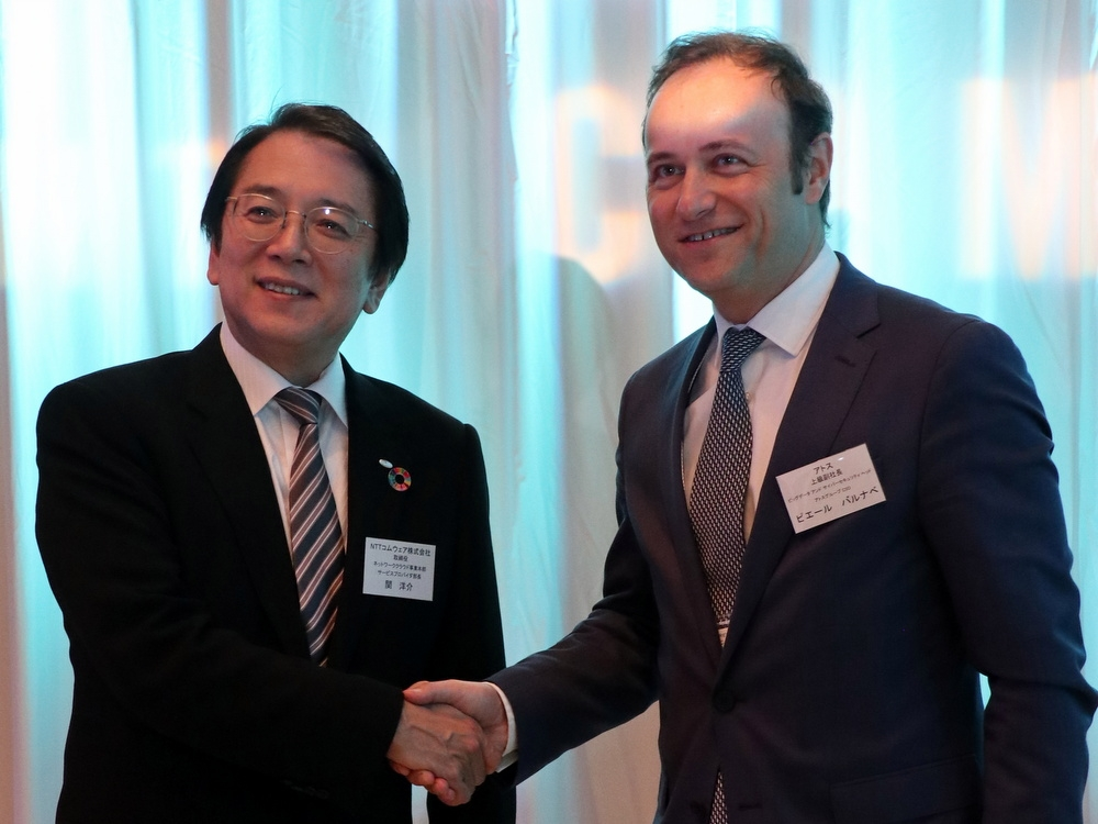 NTTコムウェアの関洋介取締役と仏アトスのピエール・バルナベ上級副社長