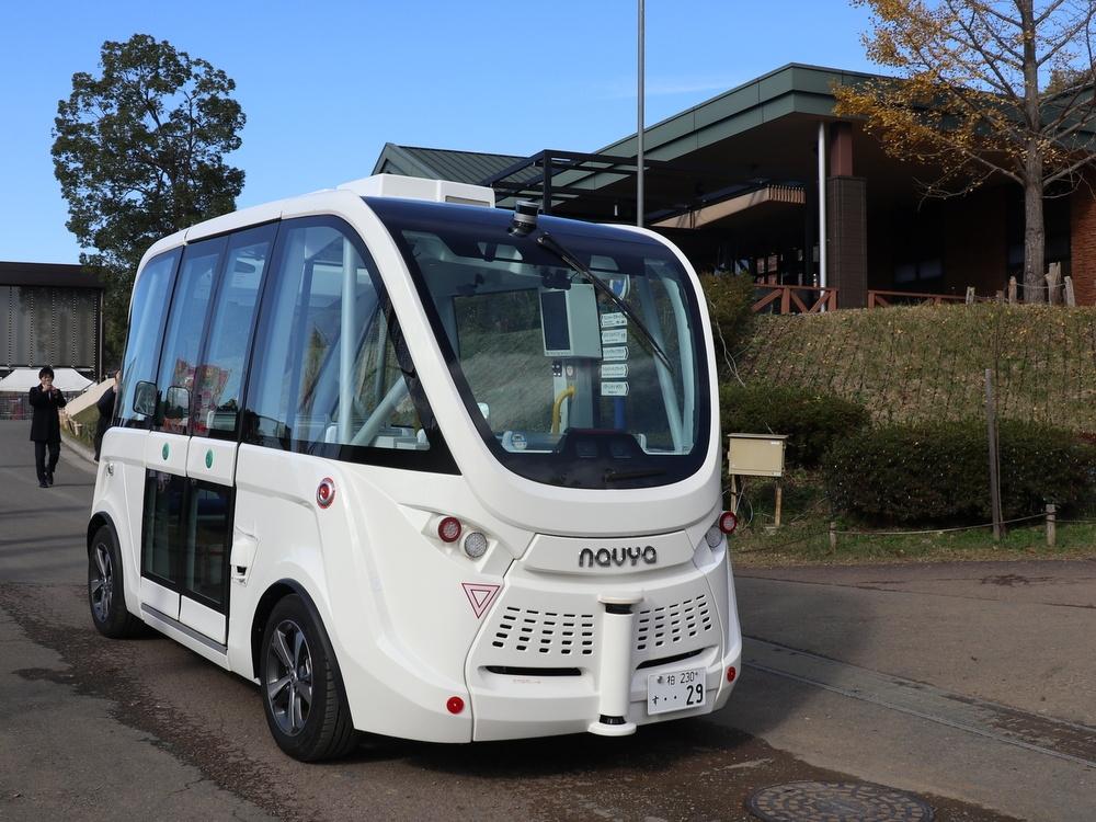 「さがみ湖リゾート プレジャーフォレスト」の園内を走る自動運転バス。完全無人運転中で車内には誰もいない