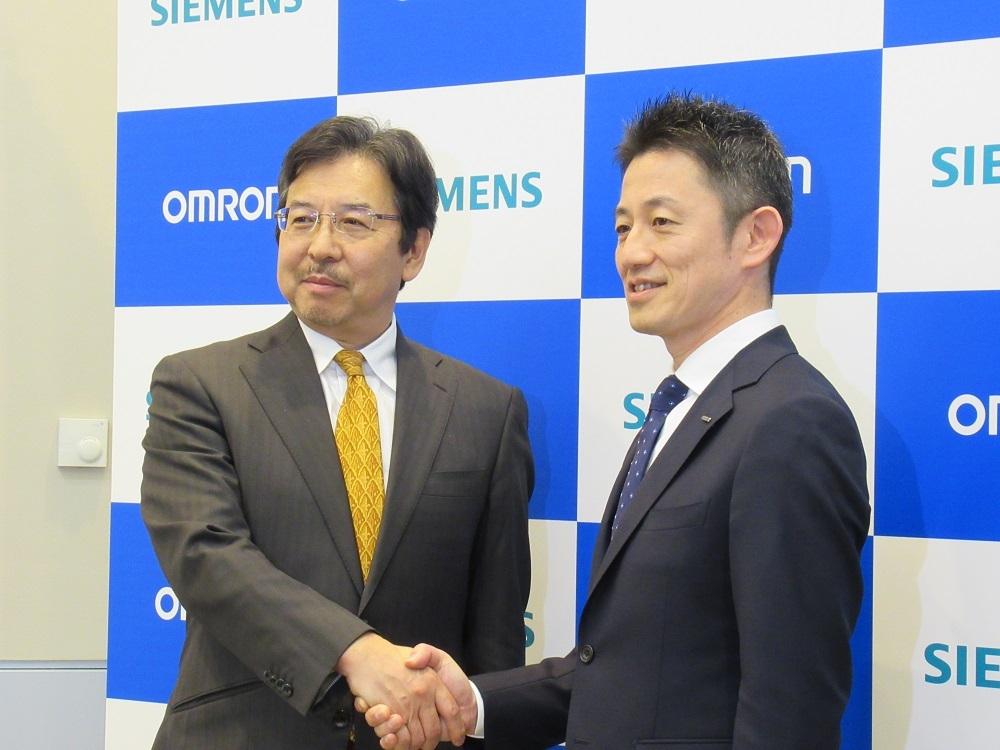 シーメンス日本法人の藤田研一CEO(左)とオムロンの山本真之執行役員