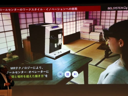 ベルシステム24のオペレーターが在宅勤務時に自宅の部屋で仮想的に映し出したコーヒーマシンを見ながら電話応対するイメージ
