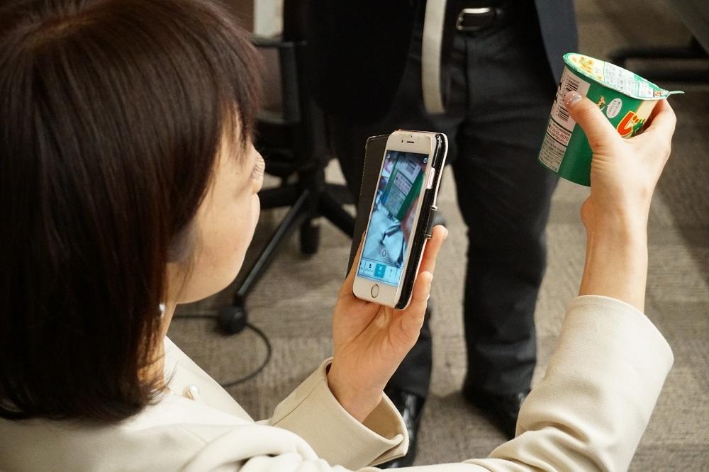 「Seeing AI」を使う石井暁子さん。バーコードを読み込んで製品情報を読み上げる「製品」機能は現時点では日本語に対応していない