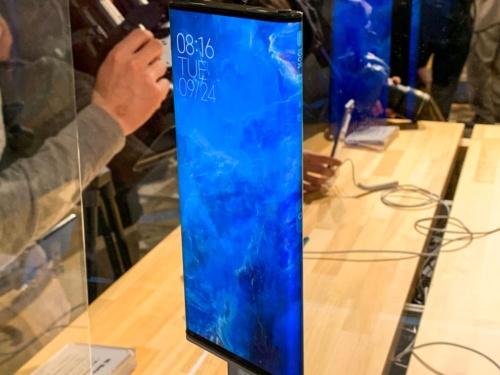 写真2●両面ディスプレーの「Mi MIX Alpha」を参考展示