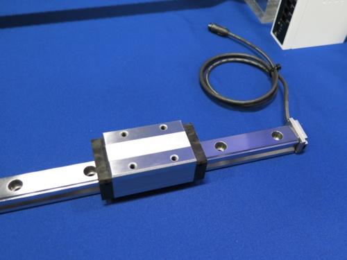 直動案内(リニアガイド)の右端に加速度センサーを後付けし、振動データを収集する