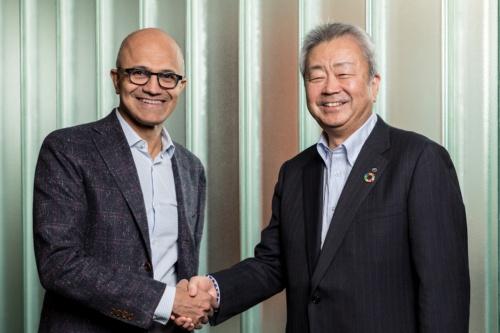 戦略的提携を結ぶことで合意し握手を交わす、(左から)米マイクロソフトのサティア・ナデラ最高経営責任者(CEO)、NTTの澤田純社長