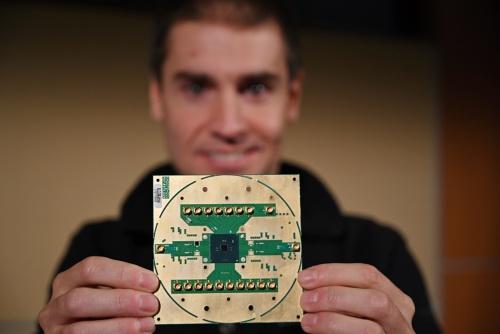 今回開発された「Horse Ridge」。持っているのは、Intel LabsのStefano Pellerano氏(principal engineer)。写真の出典はWalden Kirsch氏/Intel
