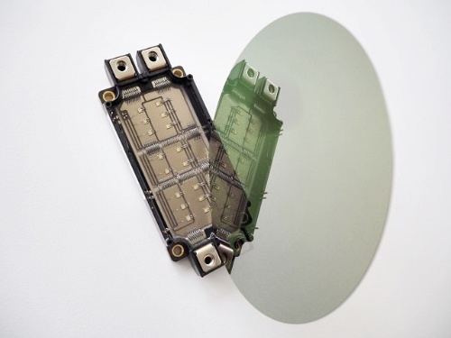 SiCウエハー(右)と応用製品であるパワー半導体デバイス(左)のイメージ。SiCrystalのイメージ