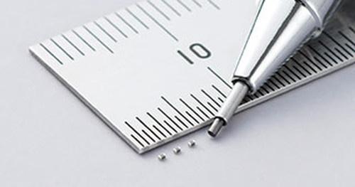 外形寸法が0.6mm×0.3mm×0.3mmと小さいPTCサーミスター。村田製作所の写真