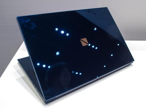 写真4●ガラス天板を採用