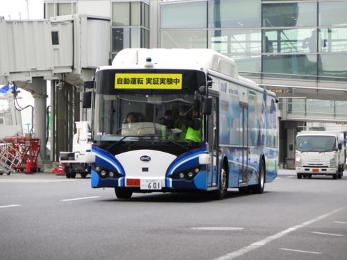 羽田空港第2ターミナルに沿って走行する自動運転バス。中国BYD製の大型EVバスに自動運転対応の改修を施している