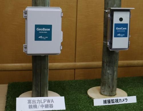実証で使う高出力LPWAの親機/中継機(左)と捕獲監視カメラ