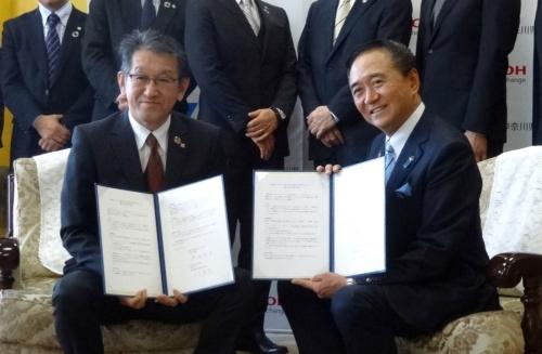 協定の締結を発表するリコーの山下良則社長執行役員CEO(左)と神奈川県の黒岩祐治知事