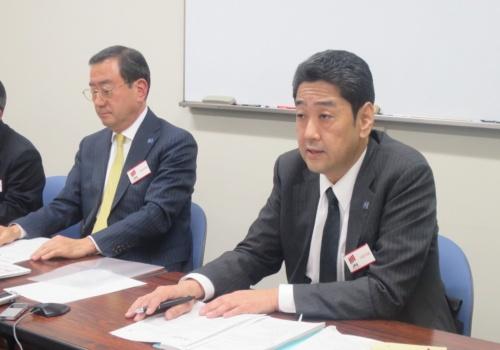 富士電機の三宅雅人経営企画本部法務室長(写真右)