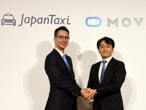 日本交通ホールディングスの川鍋一朗社長(左)とディー・エヌ・エーの中島宏常務執行役員オートモーティブ事業本部長
