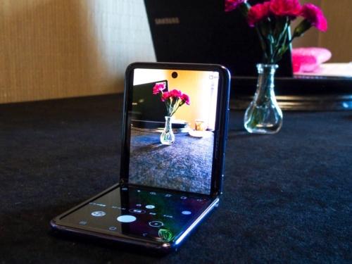 写真4●卓上に置いてハンズフリーで利用できる