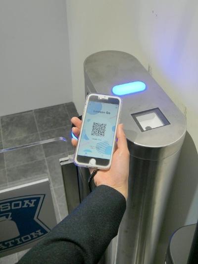 入店時にスマホアプリに表示したQRコードで認証する。試験段階のアプリには「Lawson Go」のロゴが表示されている