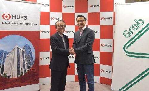 三菱UFJ銀行の亀沢宏規副頭取(左)とグラブのミン・マー社長