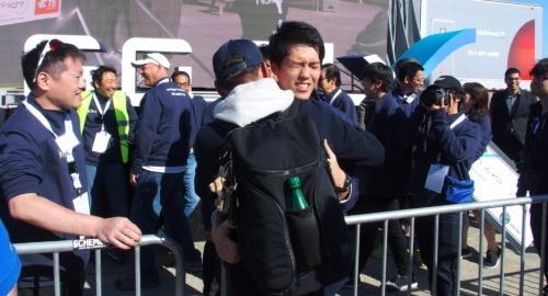 写真中央の抱き合う男性2人のうち、正面を向いているのがteTraの中井氏で、後ろ姿がUCHIDAの内田氏。