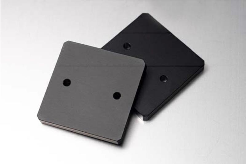図1:「黒アルマイト(つや消し)」処理のサンプル つや消しの黒アルマイト処理を施した部品(左)と従来の黒アルマイト処理を施した部品(右)。光沢に違いがある。(出所:ミスミグループ本社)