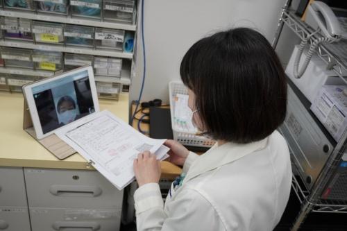 港区のクオール薬局でオンラインの服薬指導を実施している様子