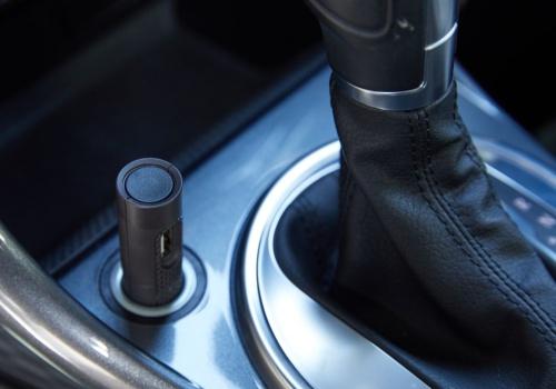自動車のアクセサリーソケットに専用デバイスを装着して計測する