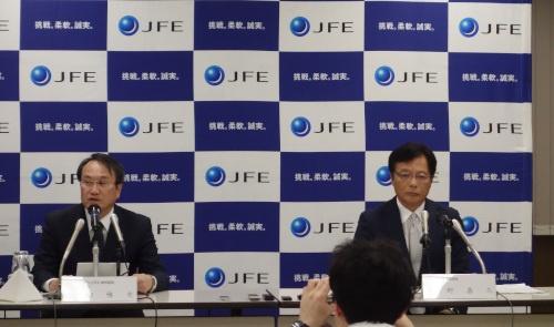 会見の様子。右はJFEスチール代表取締役社長の北野嘉久氏。左はJFEホールディングス代表取締役副社長の寺畑雅史氏。(写真:日経クロステック)