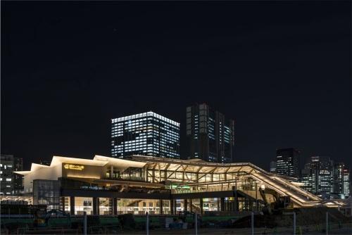 高輪ゲートウェイ駅の駅舎夜景