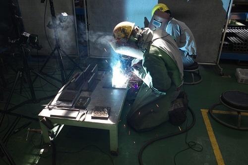図1:若手作業者の溶接作業を計測している様子(出所:日立建機)