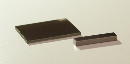 今回開発に成功した磁気熱電材料の外観。左:基板上に堆積した薄膜、右:バルク