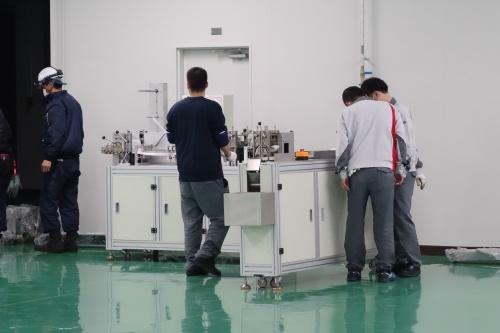 クリーンルームに搬送される生産設備の一部