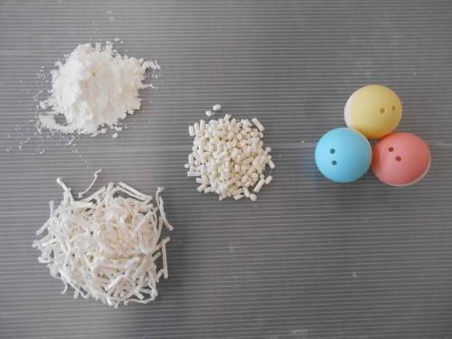 図2:PIM材料(左)とペレット(中)、成形したカプセル(右)