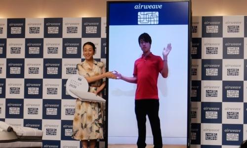 発表会に登壇した浅田真央氏と、オンライン出演した錦織圭氏