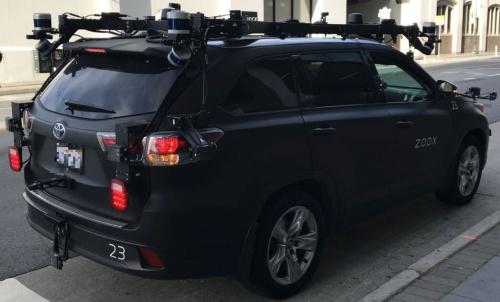 サンフランシスコの街中で停車中のズークスの自動運転車(撮影:日経クロステック)
