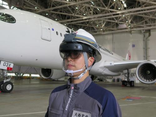 アタッチメントを使い、整備士のヘルメットに取り付けたHoloLens 2