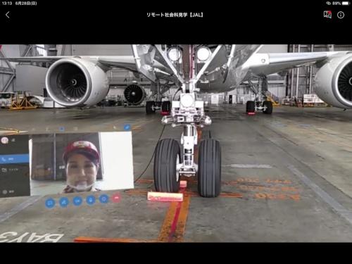 HoloLens 2で撮影した、整備士目線の映像。案内役の客室乗務員を映した映像ウインドウも、HoloLens 2から見えるバーチャル空間上に置かれている