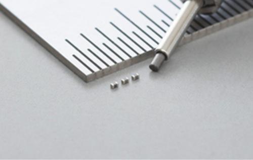 外形寸法が0.4mm×0.2mm×0.2mmで静電容量が1.0μF の積層セラミックコンデンサー