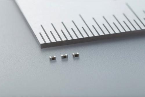 外形寸法が0.6mm×0.3mm×0.3mmと小さい車載機器向け積層セラミックコンデンサー
