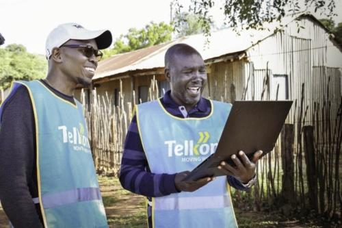 笑顔でビデオ通話するTelkom Kenyaの関係者