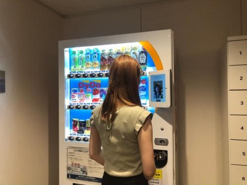 顔認証を使い、自動販売機でキャッシュレス決済が可能