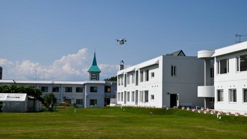 インスリンの練習用キットを積み込み、調剤薬局から特別養護老人ホームへ飛行するドローン