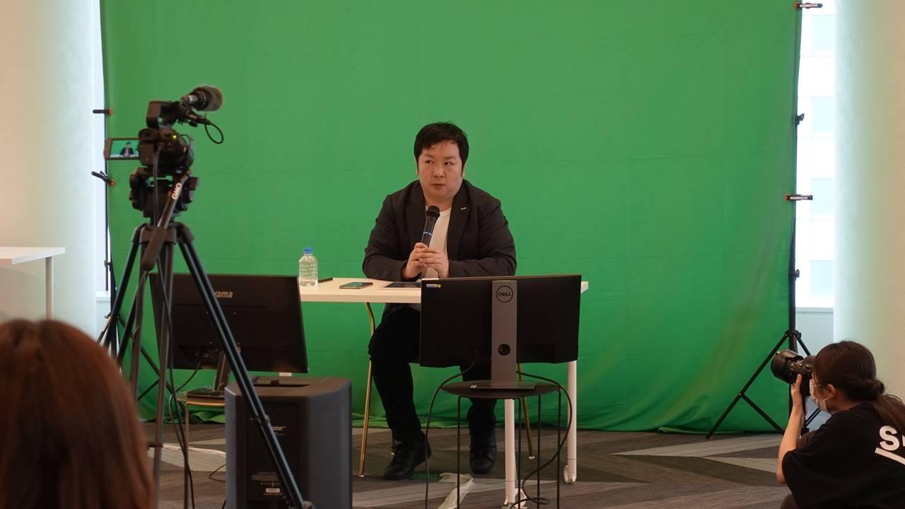進行役を務めたGMOインターネット 次世代システム研究室兼デベロッパーリレーションズチームの稲守貴久氏。各CTOはオンラインで参加した。 (撮影:日経クロステック)