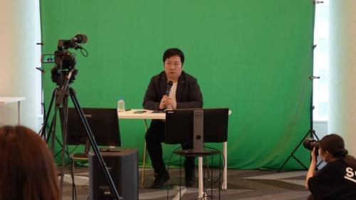 進行役を務めたGMOインターネット 次世代システム研究室兼デベロッパーリレーションズチームの稲守貴久氏。各CTOはオンラインで参加した。
