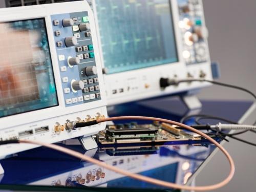20G~45GHzと広い周波数帯域で使えるRFパワーアンプICの応用先の1つである計測器