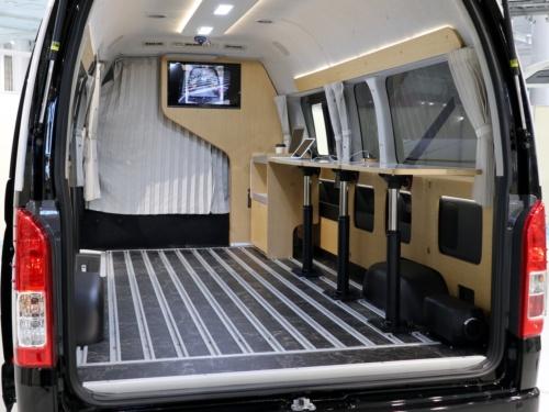 マルチタスク車両の車室。床に内装固定用のレールがある