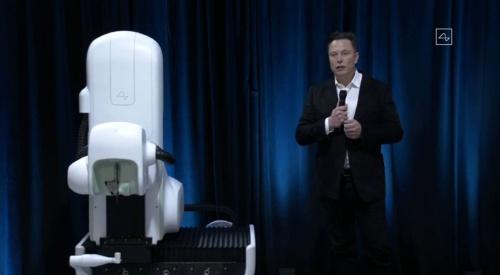 発表会に登壇するMusk氏。左側にあるのが、手術用ロボット