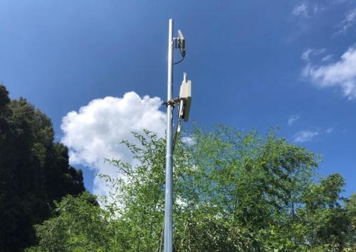 メガソーラー建設地に設置した無線LANアクセスポイント。11台で67ヘクタールの広大な敷地をカバーする