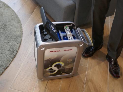 図4 ホンダの携帯型給電器「Honda Mobile Power Pack Charge & Supply Concept」